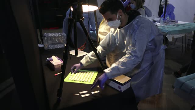 vidéos et rushes de health staff are seen working with the test for covid-19 of an antigen from the audience-tested before attending a concert of love of lesbian music... - audience de festival