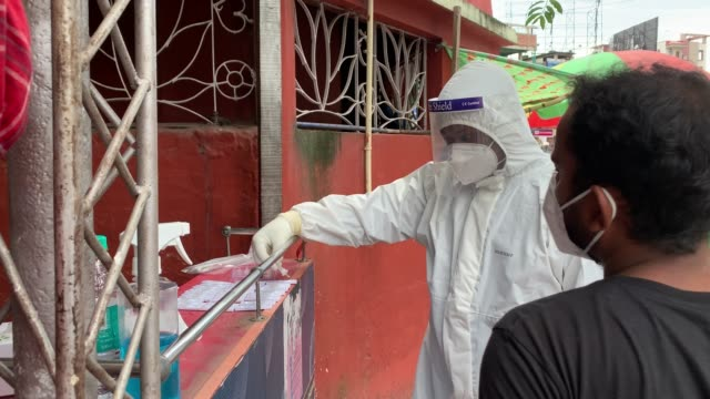 stockvideo's en b-roll-footage met august 2020 a health worker collecting swab sample for covid19 coronavirus rapid antigen test on a street in guwahati on tuesday 18 august 2020 - testkit