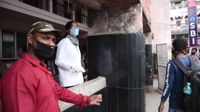 health worker thermal screening a man before boarding a bus - 熱度 溫度 個影片檔及 b 捲影像