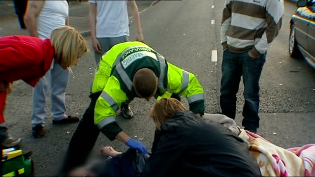vidéos et rushes de health workers warn that government targets for ambulance response times could put lives at risk england midlands birmingham crowd standing round man... - car point of view