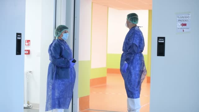 stockvideo's en b-roll-footage met health workers with protective clothing await the arrival of infected coronavirus patients at the verduno hospital on march 31, 2020 in verduno,... - operatiemasker