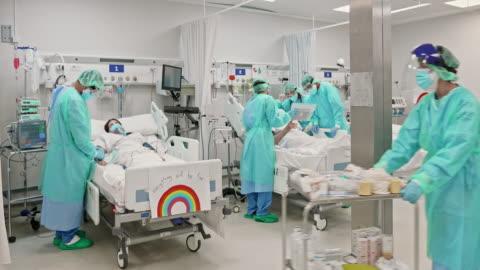 vídeos y material grabado en eventos de stock de personas de salud que trabajan en la uci durante la pandemia - esfuerzos problemas