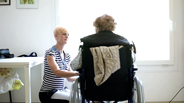 vídeos de stock e filmes b-roll de healthcare worker assisting senior woman in physiotherapy exercise - lar de terceira idade