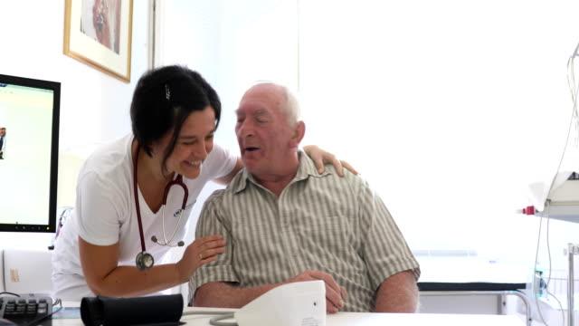 mitarbeiter machen einen medizinischen check-up auf senior woman - fürsorglichkeit stock-videos und b-roll-filmmaterial