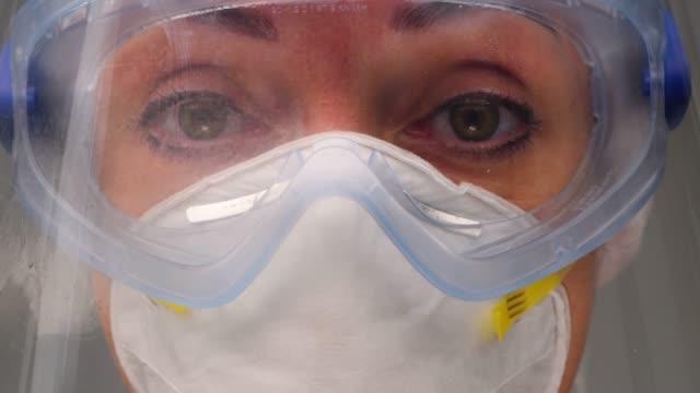 vídeos y material grabado en eventos de stock de el trabajador sanitario se enfrenta durante el coronavirus covid 19 nuevo brote de virus corona - unidad de vigilancia intensiva