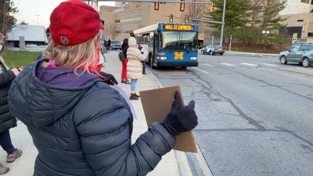 vídeos y material grabado en eventos de stock de healthcare workers and supporters protest for better distribution of personal protective equipment for frontline workers during the covid-19 crisis... - michigan
