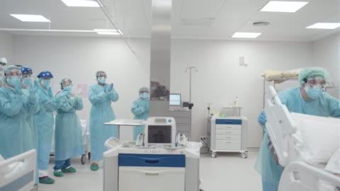 vårdpersonal klappar på en tillarisk patient. - klappa bildbanksvideor och videomaterial från bakom kulisserna