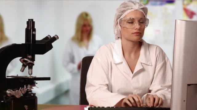 stockvideo's en b-roll-footage met montage ms healthcare workers at work - man met een groep vrouwen
