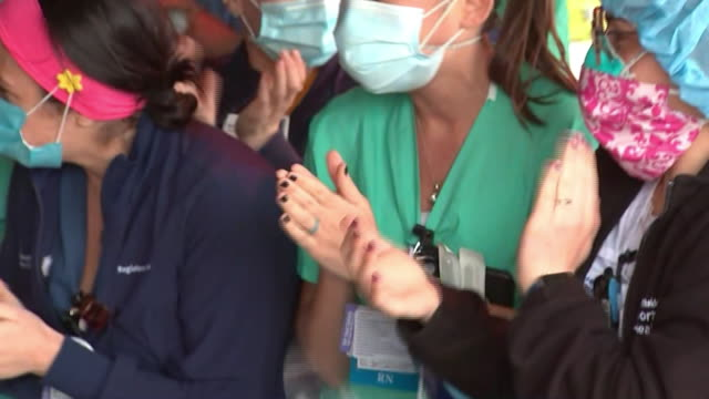healthcare workers in long island, new york cheer for a recovered covid-19 patient who is being released from the hospital. - loslassen aktivitäten und sport stock-videos und b-roll-filmmaterial