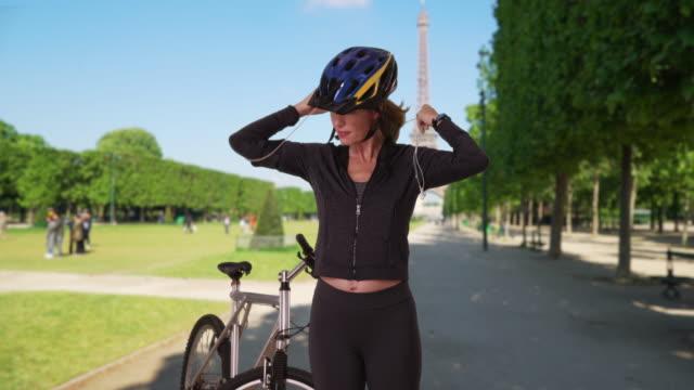 vidéos et rushes de healthy active woman in paris going for bike ride - casque audio