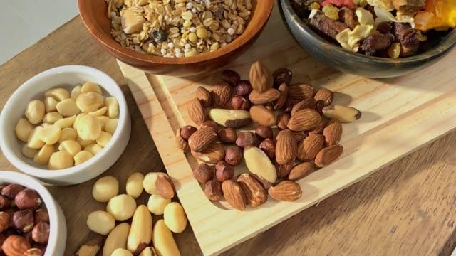 健康的で有益な食べ物 - ナッツ類点の映像素材/bロール