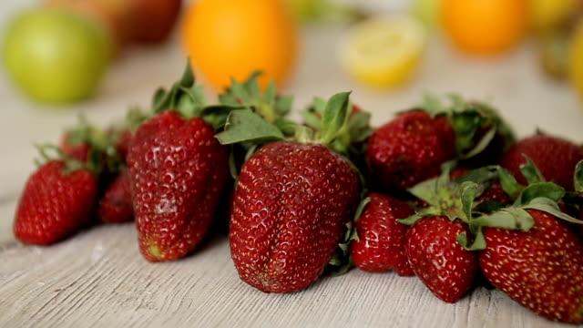 vídeos y material grabado en eventos de stock de saludables y sabrosas fresas, sesión de dolly - potasio