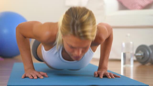 vídeos y material grabado en eventos de stock de healthy blonde woman resting while doing push ups - entrenamiento sin material
