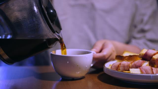 healthy breakfast: bacon,toast and coffee - bricco per il caffè video stock e b–roll