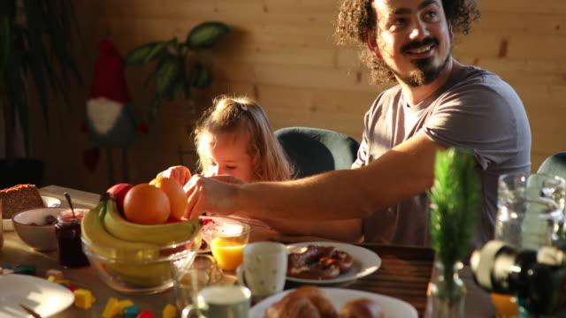vidéos et rushes de petit déjeuner sain pour les enfants - petit déjeuner