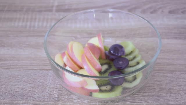 hälsosam frukost på bordet med havre, nötter, yoghurt, superfoods. Låg natriumhalt.