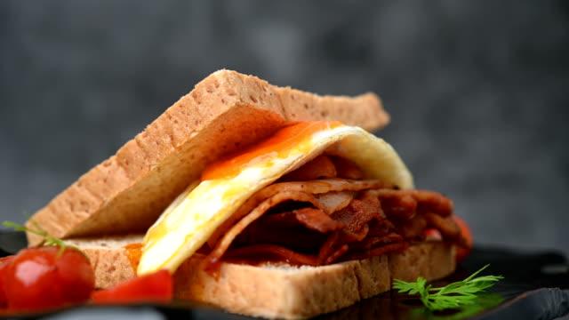 vídeos de stock, filmes e b-roll de sanduíche de café da manhã saudável comida gira em torno de - sanduíche