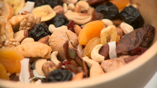 stockvideo's en b-roll-footage met hd: healthy breakfast - rozijn