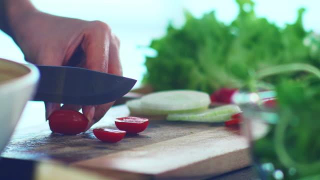 vídeos de stock, filmes e b-roll de cozimento saudável : tomate cereja - jardim
