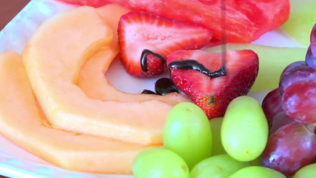vídeos de stock, filmes e b-roll de healthy eating: fruit salad containing grapes, strawberries, cantaloupe melon and water melon. - melão musk