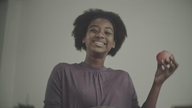 vídeos de stock, filmes e b-roll de comida saudável em casa - só uma adolescente menina