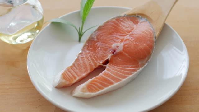健康食品新鮮な鮭赤魚のステーキ - 断面点の映像素材/bロール