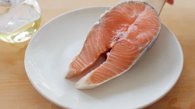 vídeos y material grabado en eventos de stock de alimentos saludables de pescado rojo salmón fresco para filete - frescura