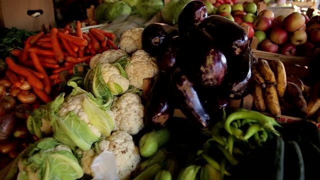 vídeos de stock, filmes e b-roll de alimentos saudáveis no mercado - aipo
