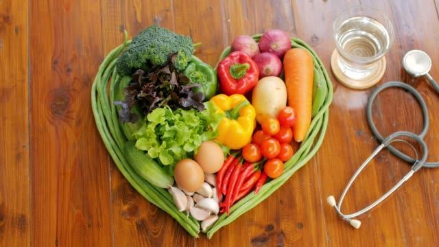 gesundes essen gemüse und obst auf holztisch - zwiebel stock-videos und b-roll-filmmaterial