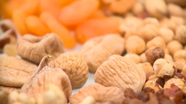 vídeos de stock e filmes b-roll de hd: saudável alimentos - fruto seco