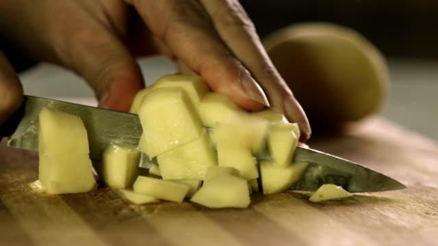 vídeos y material grabado en eventos de stock de buena comida fresca, prep. corte de verduras en cocina de papas - cortar