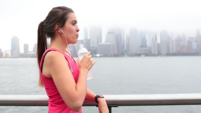 vídeos y material grabado en eventos de stock de mujer joven de estilo de vida saludable en la ciudad de nueva york - corredora de footing