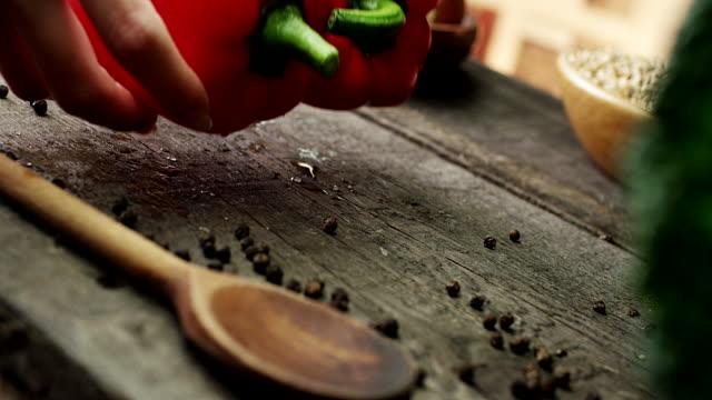 vídeos de stock e filmes b-roll de pimentos orgânicos saudáveis - pimenta do reino