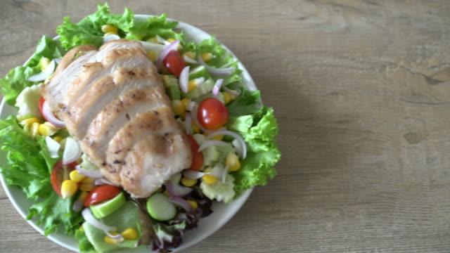 gesunden salatschüssel mit hähnchenbrust - gegrilltes huhn stock-videos und b-roll-filmmaterial