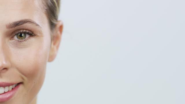gesunde haut ist eine schöne sache - schöne menschen stock-videos und b-roll-filmmaterial