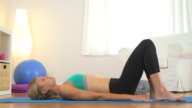 vídeos y material grabado en eventos de stock de healthy woman doing core exercises - entrenamiento sin material