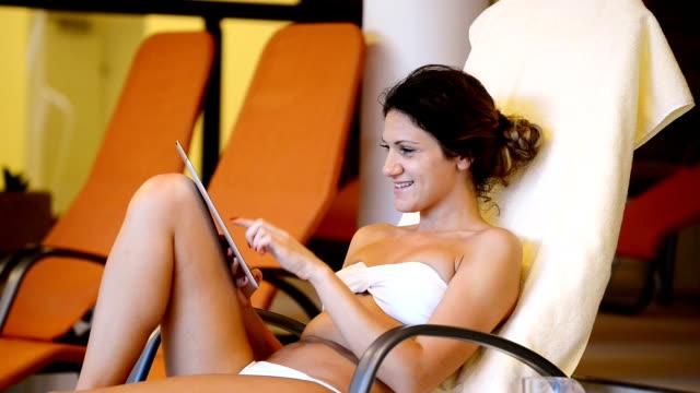 frisk kvinna har avkopplande dag på spa i baddräkt - adn bildbanksvideor och videomaterial från bakom kulisserna