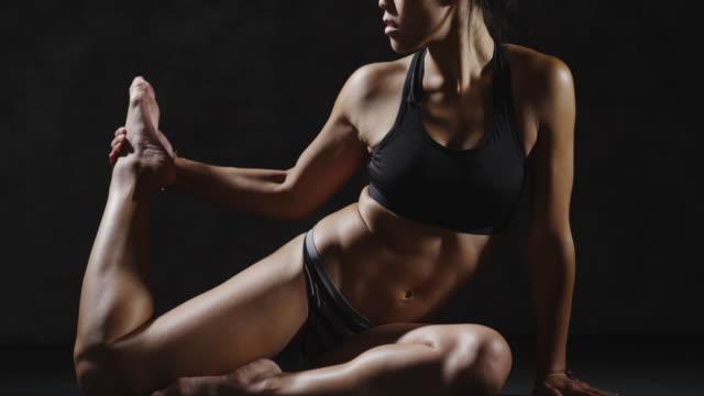 vidéos et rushes de healthy young asian woman stretching legs - bras humain