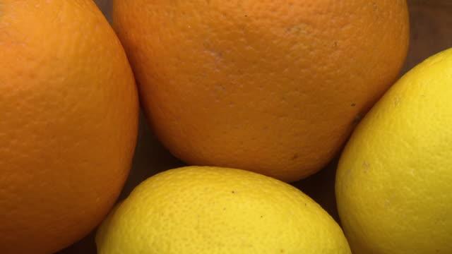 vídeos de stock e filmes b-roll de heap of four oranges - agrafo