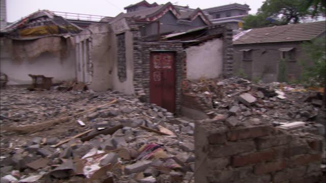 vídeos y material grabado en eventos de stock de ws pan heap of rubble bordering lake houhai, beijing, china - casa de ladrillo