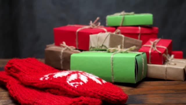 haufen von rustikalen geschenkboxen - haufen stock-videos und b-roll-filmmaterial