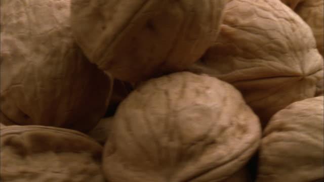 stockvideo's en b-roll-footage met ecu, heap of walnuts rotating - noot