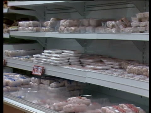 "vídeos y material grabado en eventos de stock de heart disease; england: london cms joan thirkettle in tesco supermarket sof: ""this report is -- what we eat."" supermarket shelves with... - colesterol"