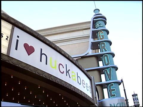 vídeos y material grabado en eventos de stock de heart huckabees premiere at the 'i heart huckabees' premiere at the grove in los angeles, california on september 22, 2004. - the grove los angeles