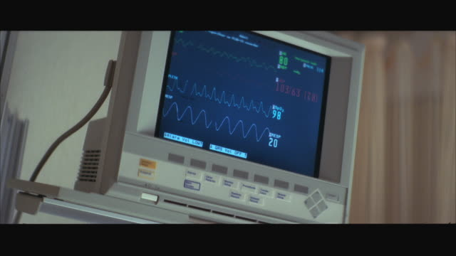cu heart machine monitor showing 'flatline' - pulse trace stock videos & royalty-free footage