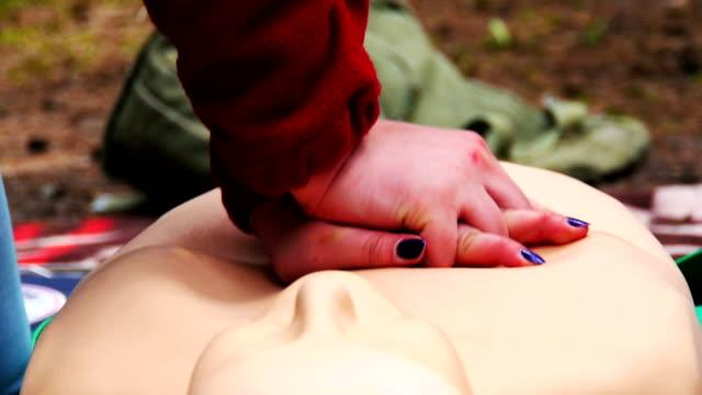 cuore massaggio primo piano - cassetta di pronto soccorso video stock e b–roll