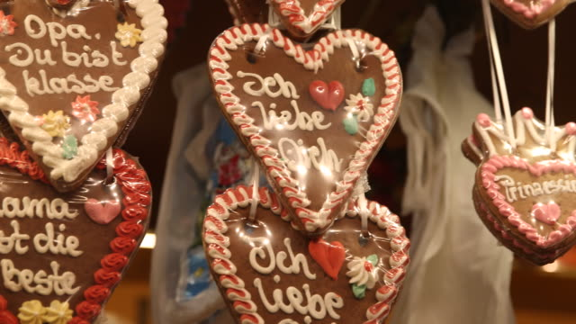 heart of gingerbread with the inscription ich liebe dich in a shop on a christmas market with christmas decoration in germany - liebe stock videos & royalty-free footage