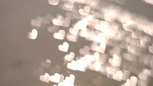 vídeos de stock, filmes e b-roll de coração forma bokeh de pôr do sol na praia e o mar, as ondas de amor - pureza