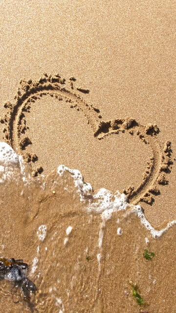hjärtform ritad i sand svepte bort till sjöss. brustet hjärta. - sea robin bildbanksvideor och videomaterial från bakom kulisserna
