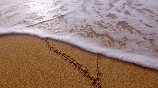 vídeos de stock, filmes e b-roll de forma de coração na areia. - areia